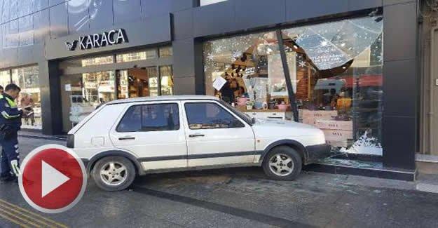 Ticari araçla çarpışan otomobil mağazaya girdi