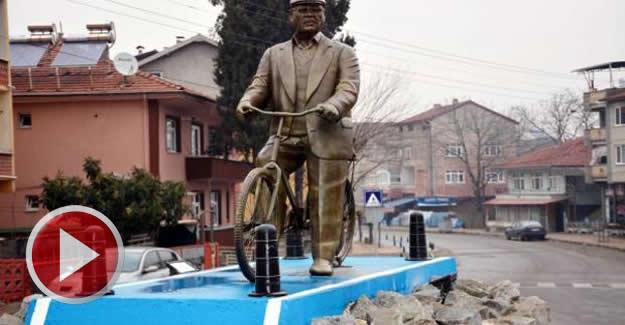 52 yıldır bisiklete binen emekli itfaiyecinin heykeli dikildi
