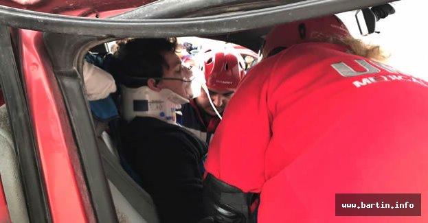 Araçta sıkışan yaralı için seferber oldular