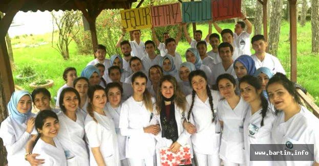 Öğrencilerden Yaşlı Hastalara Ziyaret ve Hediye
