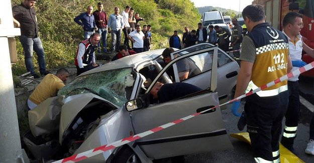 Direğe çarpan otomobildeki 3 kişi öldü