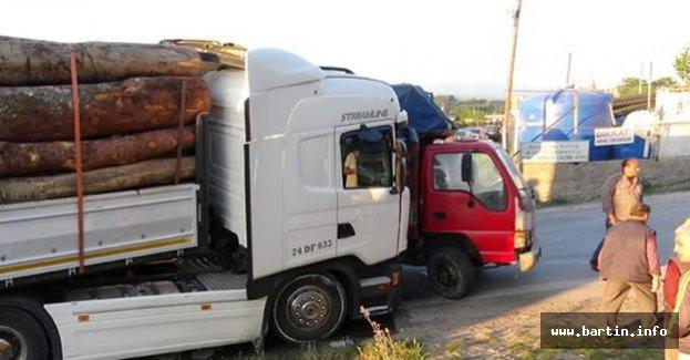 Tomruk yüklü TIR, kamyonete çarptı: 17 yaralı