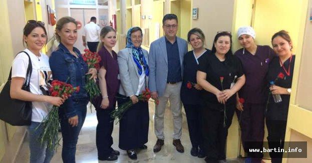 Dr.Kırşanlı Hemşirelere Karanfil Dağıttı