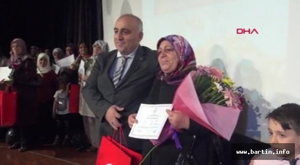 62 Yaşında Diplomasını Öğretmen Oğlundan Aldı