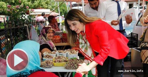 Milletvekili adayı pazarda kadınlarla kucaklaştı