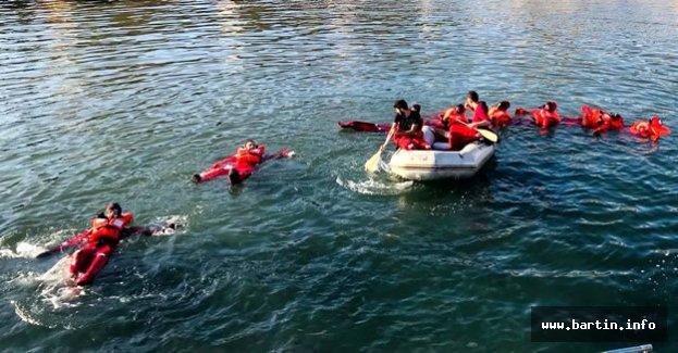 Bartın'da Denizde Canlı Kalma Eğitimi