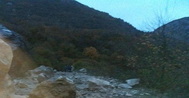 Dev Kayalar Köy Yolunu Kapattı
