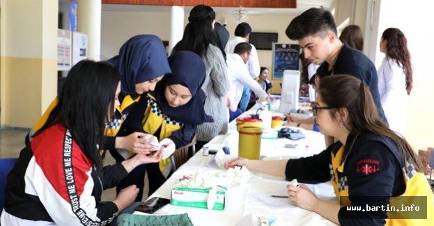 Üniversiteli Gençlerden Sağlık Günü Standı