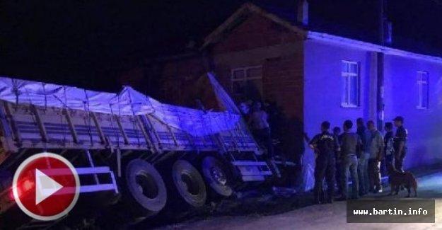 Buğday yüklü kamyon mutfağa girdi: 3 yaralı