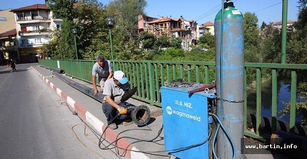 Asma Köprüde Su Hattı Yenileniyor