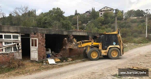 Metruk Bir Bina Daha Yıkıldı