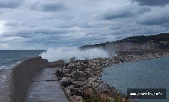 Mendirek yıkıldı, balıkçılar endişeli