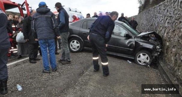 Hastane Dönüşü İstinat Duvarına Çarptı: 4 yaralı