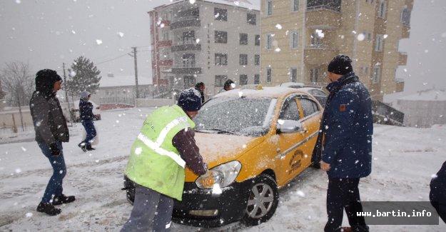Kar yağışı devam ediyor, Okullar tatil edilecek mi?