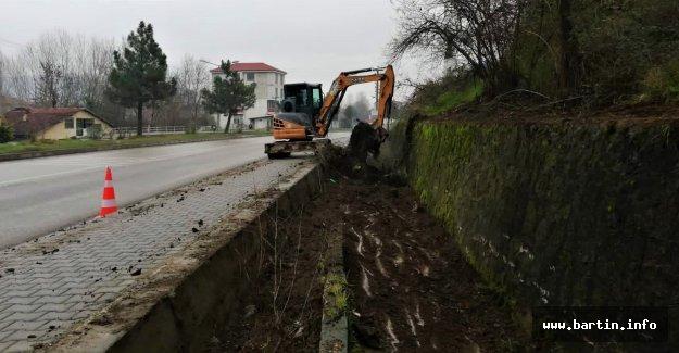 Gölbucağı'nda Kanallar Temizleniyor