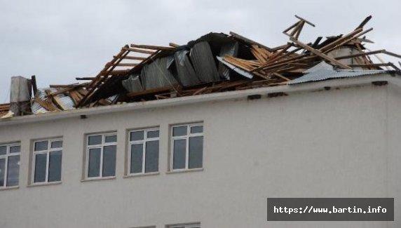 Fırtına Okulun Çatısını Uçurdu
