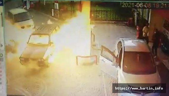Otomobil bir anda alev topuna döndü