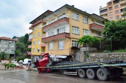 26 Ton Demir Taşıyan Tır Apartmana Daldı
