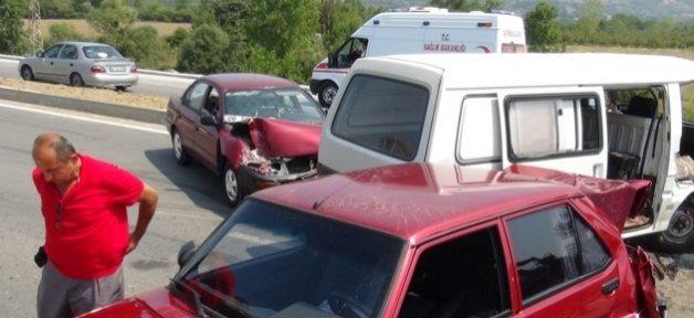 3 Araç Birbiribe Girdi: 1 Yaralı