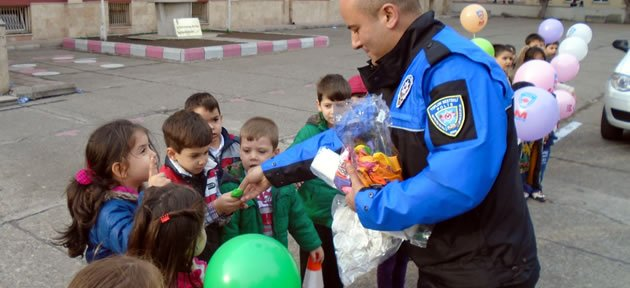 Amasra Polisi Minikleri Sevindirdi