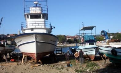 Amasra'da balıkçı tekneleri çekekte