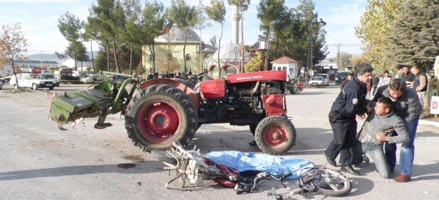 Antalya'da Motosikletle Traktör Çarpıştı: 1 Ölü