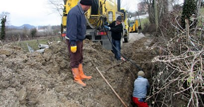 Arızalı kanalizasyon boruları onarılıyor