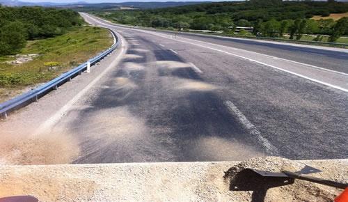 Aşırı sıcaktan eriyen asfalta tozlama önlemi