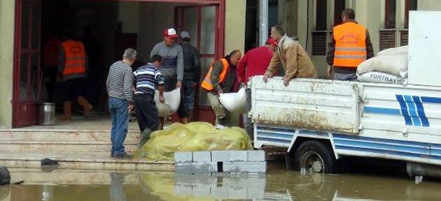 Bartın Irmağı Taştı, Esnaf Dükkanları Boşalttı