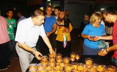 Belediye Kadir Gecesini tatlı dağıtarak kutladı