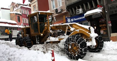 Belediye kar yağışına karşı gece-gündüz çalışıyor