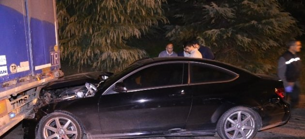 Çaldıkları Otomobille Polis Aracı Ve Tır'a Çarptılar
