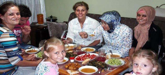 Çat kapı tenceremizi paylaşalım, birlikte iftar açalım
