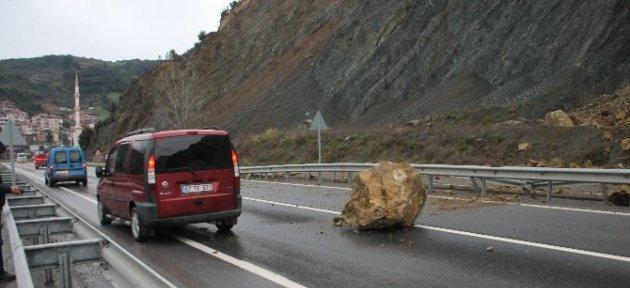 Dağdan Düşen Kayalar Yolu Trafiğe Kapattı