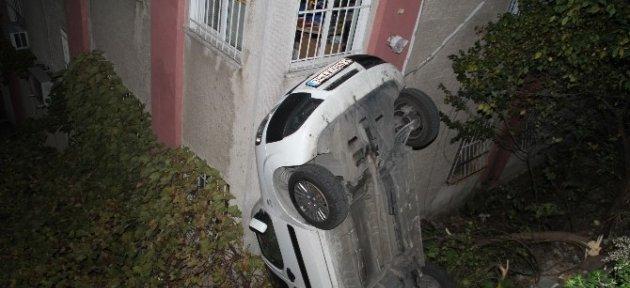 El Freni Çekilmeyen Otomobil Binaya Çarptı