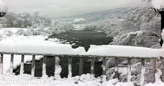 Eriyen karlar köprüleri kapattı