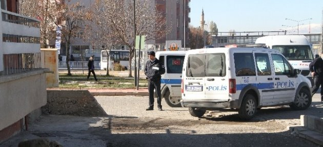 Erzurum'da Sokak Köpeği 4 Öğrenciye Saldırdı