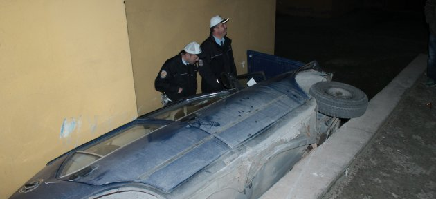 Freni Boşalan Otomobil Apartman Boşluğuna Düştü