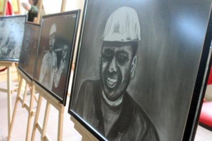 Genç ressam maden işçilerini kömür tozuyla çiziyor