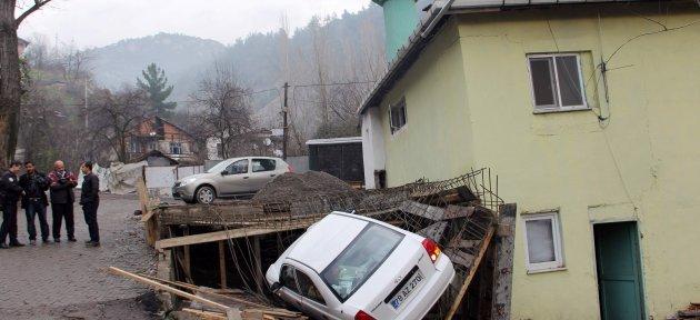 Geri Geri Kayan Otomobil Şadırvan İnşaatına Düştü