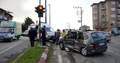 Hasta taşıyan ambulansla otomobil çarpıştı: 2 yaralı