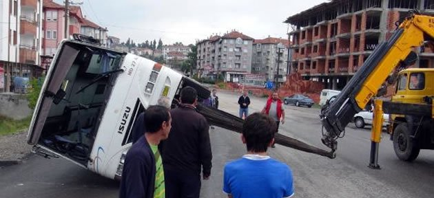 İşçi Servisleri Çarpıştı: 3 Yaralı