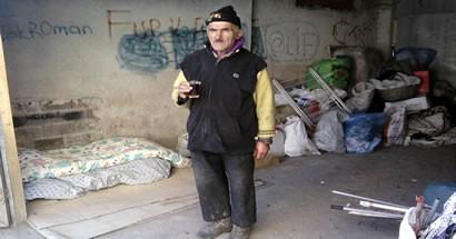 Kalacak yeri olmayan yaşlı adam çöp toplayarak geçiniyor