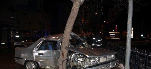Kazada Ağaca Saplanan Otomobilin Sürücüsü Öldü