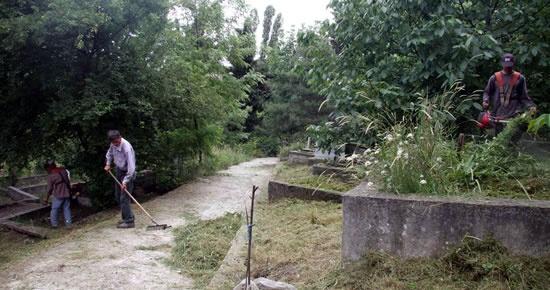 Kent mezarlıkları temizleniyor