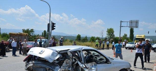 Kırmızı Işıkta Bekleyen Otomobile Otobüs Çarptı: 2 Yaralı