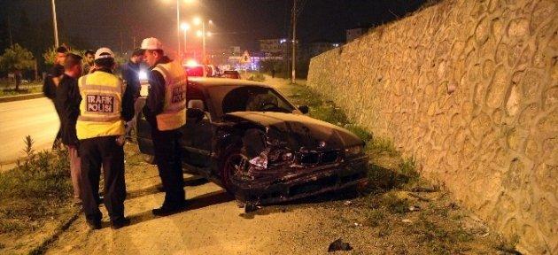 Kontrolden Çıkan Otomobil Duvara Çarptı: 2 Yaralı