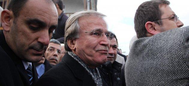Mehmet Ali Şahin Eşini Gözyaşları İçinde Son Yolculuğuna Uğurladı