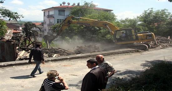 Metruk bina yıkıldı, yerine çocuk parkı yapılacak
