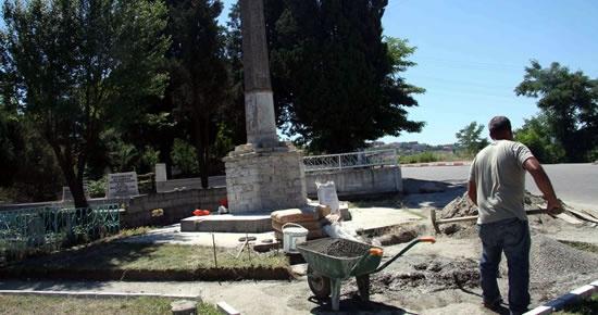 Mezarlık anıtı ve çevresi düzenleniyor